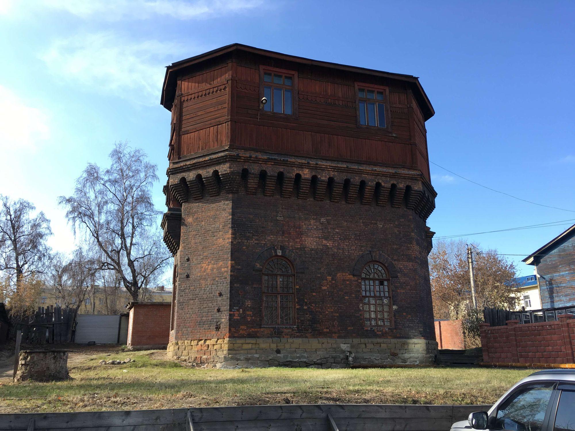 Старая водонапорная башня возле вокзала в Иркутске